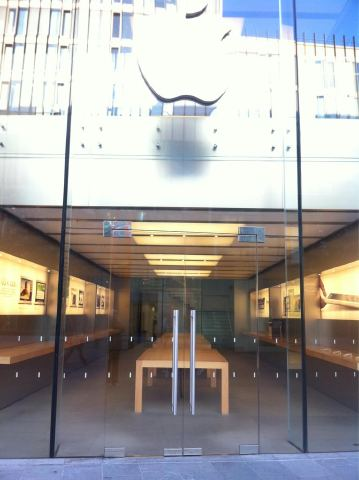 Apple Store Taking Off Their Gear From The Display In UK Due To Riots